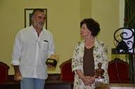 Concha Díez Valcabado hace entrega del premio al director del CEVFW, Carlos Sanz.