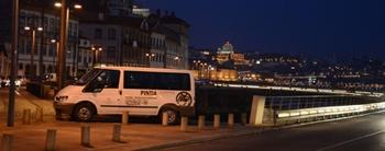 Embajadores de <i>Pintia</i> en el Oporto nocturno (vista desde el viaducto de Massarelos).