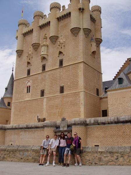 Los alumnos posan frente al alcázar de Segovia