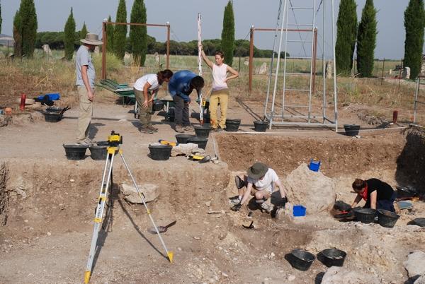 Alumnos, arqueólogos y voluntarios bajo el sol castellano