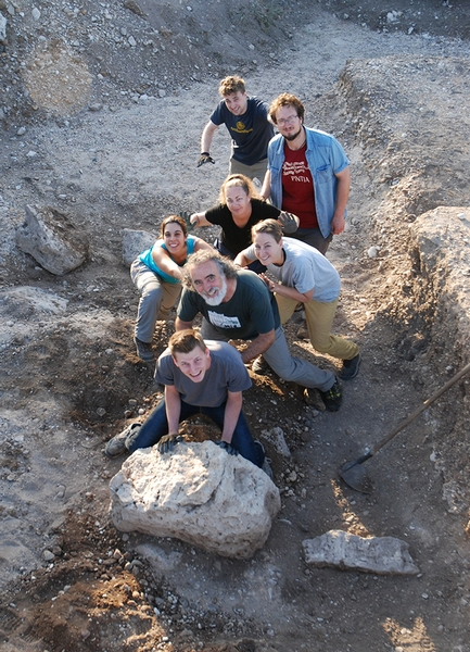 Alumnos y arqueólogos intentan mover una estela, sin mucho éxito