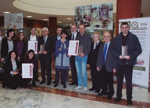 Premiados, jurado y autoridades académicas tras la entrega de los Premios Vaccea 2016