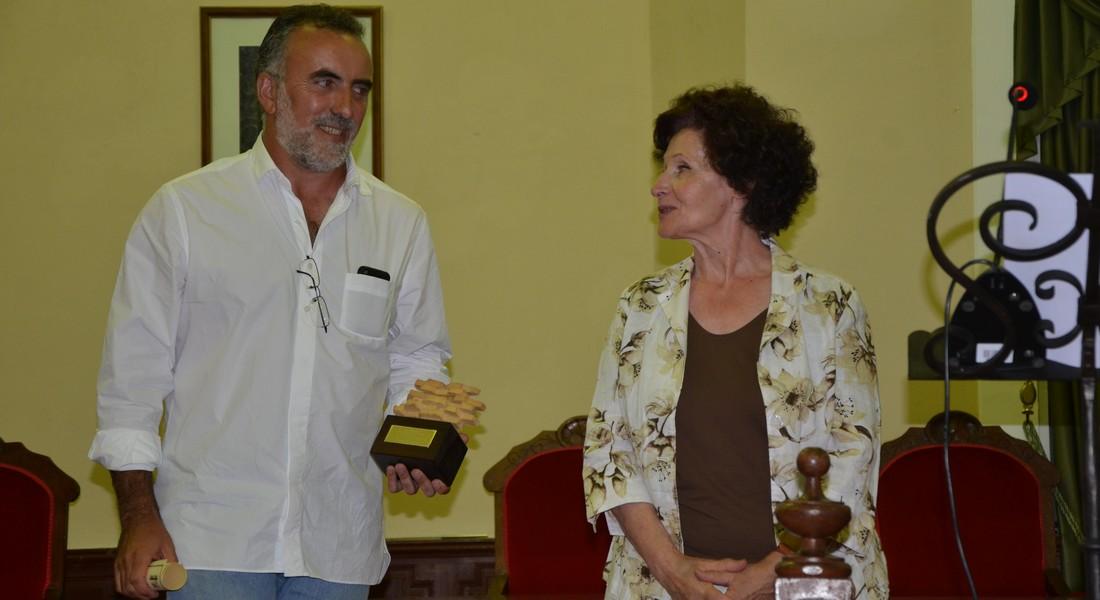 Concha Díez Valcabado hace entrega del premio al director del CEVFW, Carlos Sanz