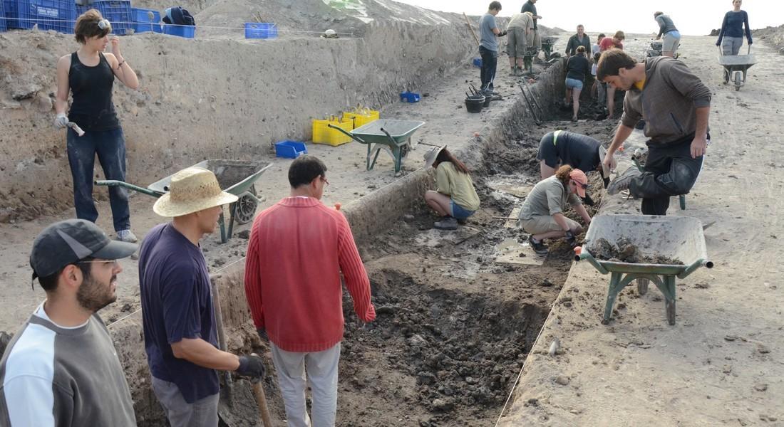Trabajos de vaciado del foso n.º 3, el más próximo a la berma