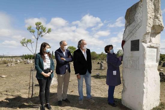 De izquierda a derecha: María Gema Gómez, vicepresidenta segunda de la Diputación de Valladolid; Antonio Largo, rector de la Universidad de Valladolid; Carlos Sanz, director del CEVFW; y Araceli Pereda, presidente de Hispania Nostra